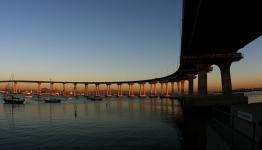 Tilts ar rāvējslēdzēju